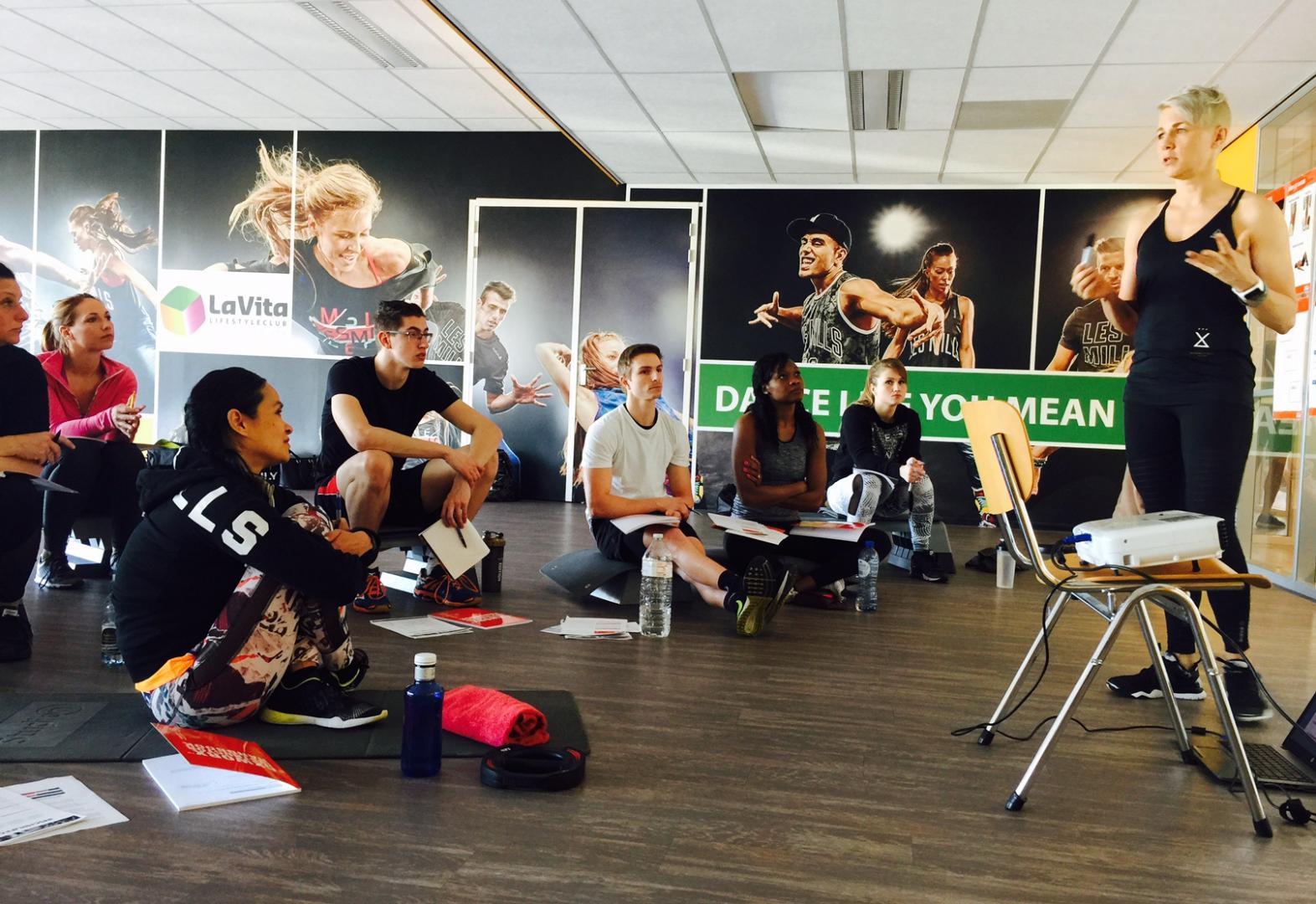 psycholoog en nationaal Bodybalance trainer Louise Hildebrand tijdens CXWORX
